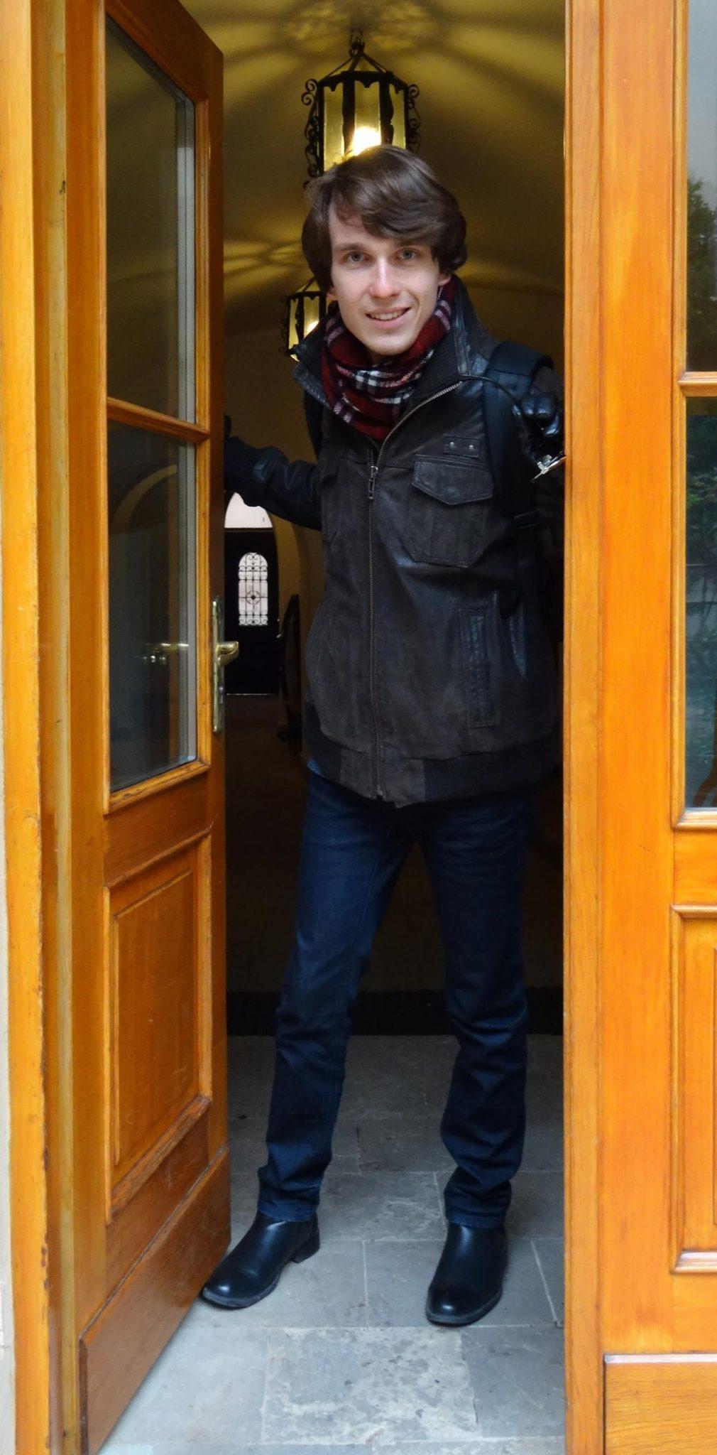 Piotr Hildt w drzwiach Katedry Teatru i Dramatu